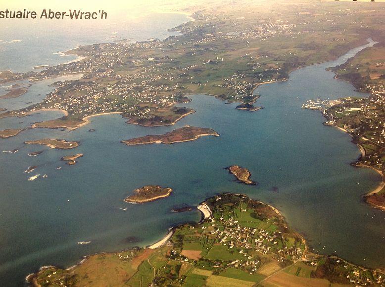 Luftbild von der Flussmündung mit Hafen