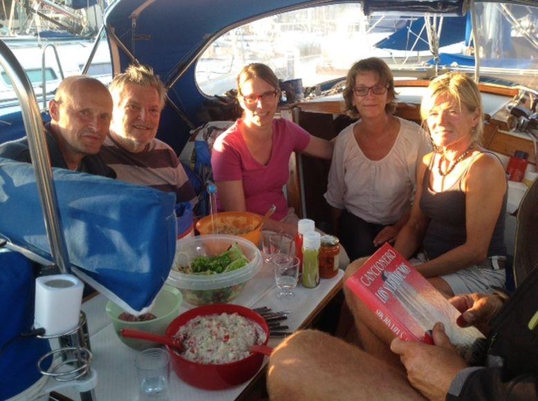 Grillen an Bord der Findus mit dem Transocean-Stützpunktleiter Federico (2.v.l.) und TO-Mitgliedern in Tazacorte