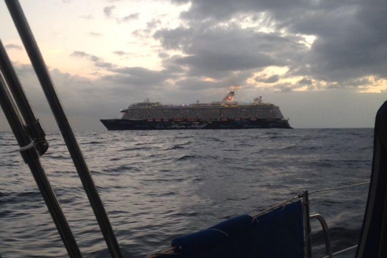 """Wir kreuzen """"Mein Schiff 4"""" vor La Gomera in der Abenddämmerung"""